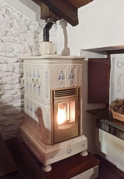 Stufa a pellet in ceramica vulcanica ceramiche cielle dal 1814 stufe in ceramica di - Stufa a legna in ceramica ...